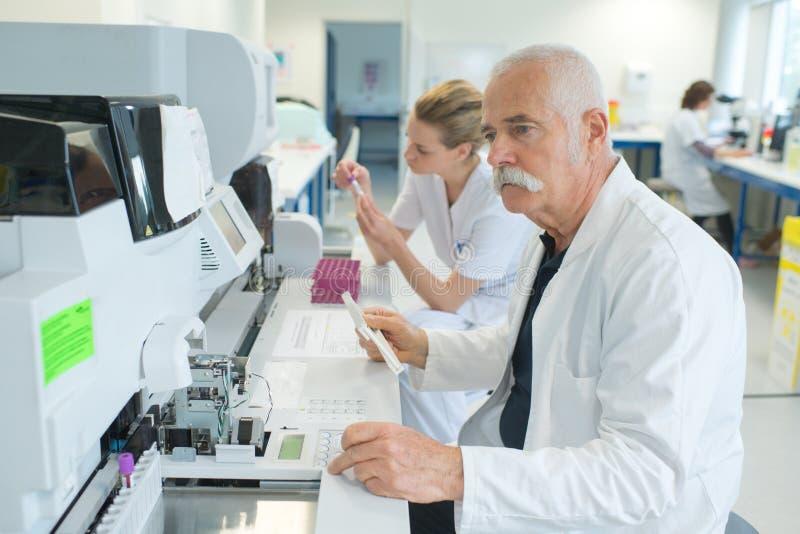 Medyczny technolog w laboratorium obraz stock