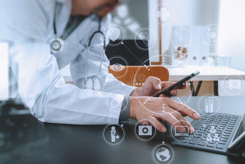 Medyczny technologii pojęcie Doktorski działanie z mądrze telefonem i zdjęcia royalty free