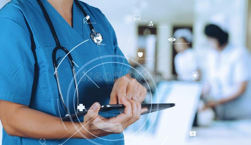 Medyczny technologii pojęcie Mądrze lekarka używa cyfrowego pastylki com fotografia stock