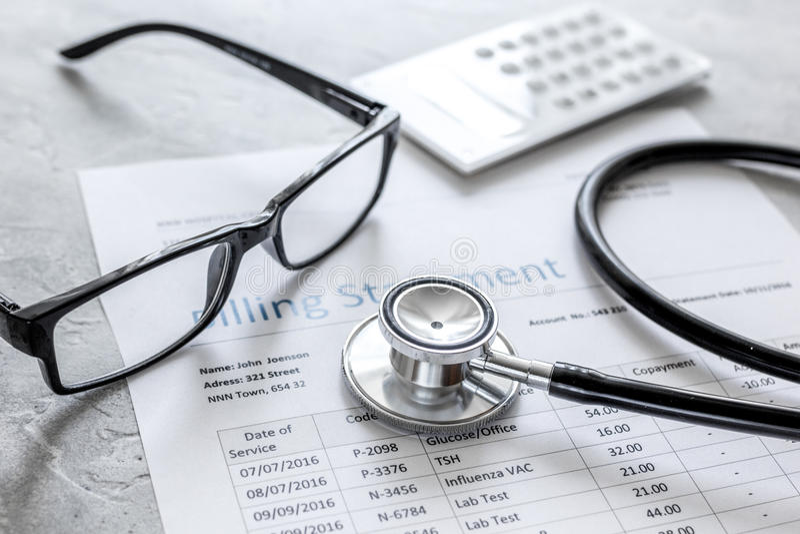 Medyczny treatmant fakturowania oświadczenie z stetoskopem i szkłami na kamiennym tle zdjęcie stock