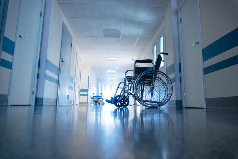 Medyczny wózek inwalidzki w korytarzu szpitalnym zdjęcia stock