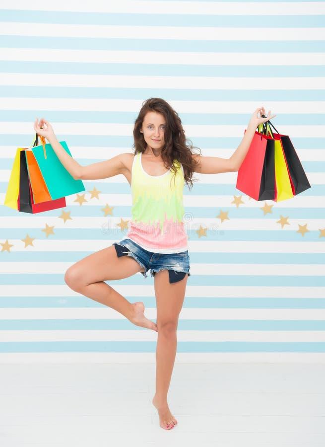 Medytaci dziewczyna na zakupy terapii ładnego zakupy Well - spędzony dzień dziewczyna tancerz medytuje w joga pozie z zdjęcie royalty free