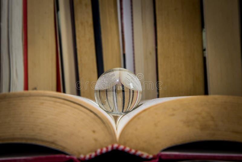 Medytaci piłka na książce fotografia stock