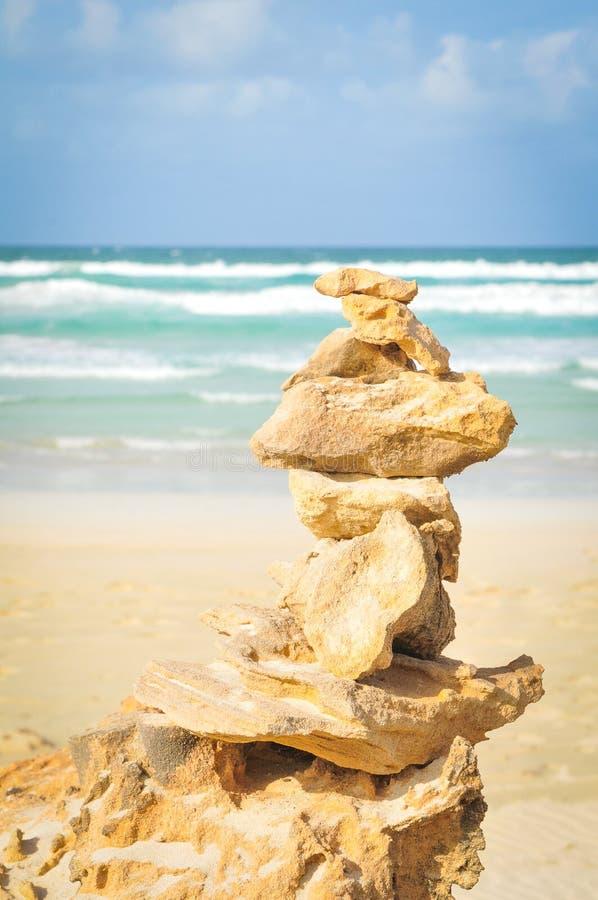 Medytaci pojęcie z zrównoważonymi skałami obrazy stock