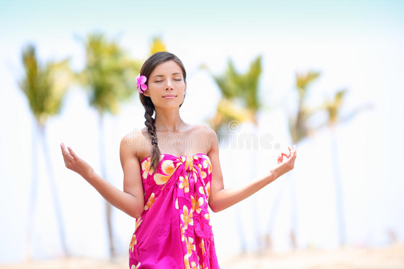 Medytaci zen kobieta medytuje na Hawaje plaży fotografia royalty free