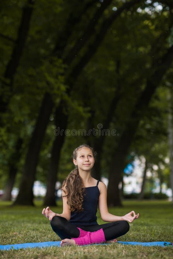 Medytacja dla dzieci Nastoletni joga zdjęcia royalty free