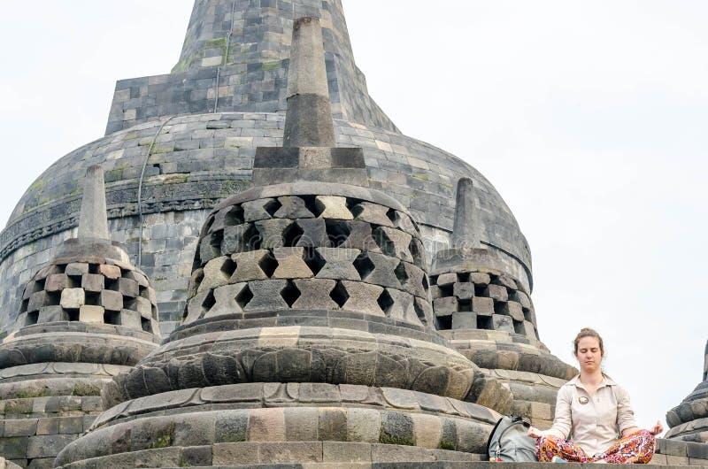 Medytacja i modlić się antyczną Buddha statuę przy Borobudur świątynią w Yogyakarta, Jawa, Indon Yogyakarta, Indonezja, Maj - 20, fotografia stock