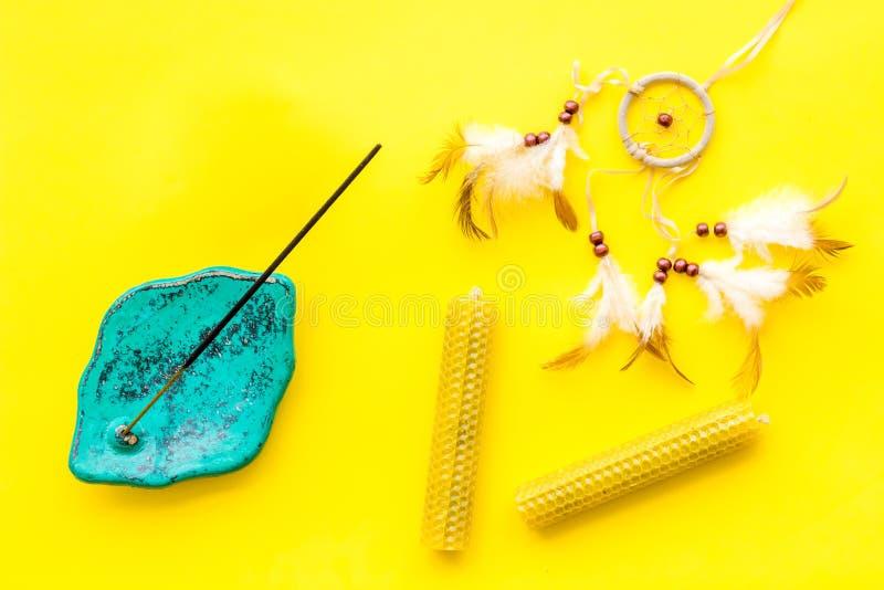 Medytacja i wschodnia sprawy duchowe ćwiczymy pojęcia żółtego tła odgórnego widok fotografia stock
