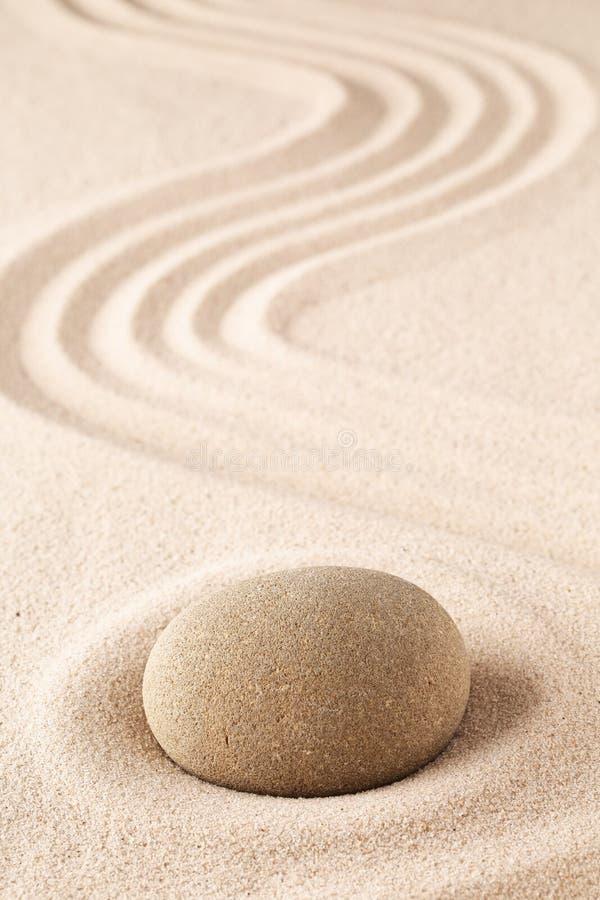 Medytacja kamień na piaska tle obraz royalty free