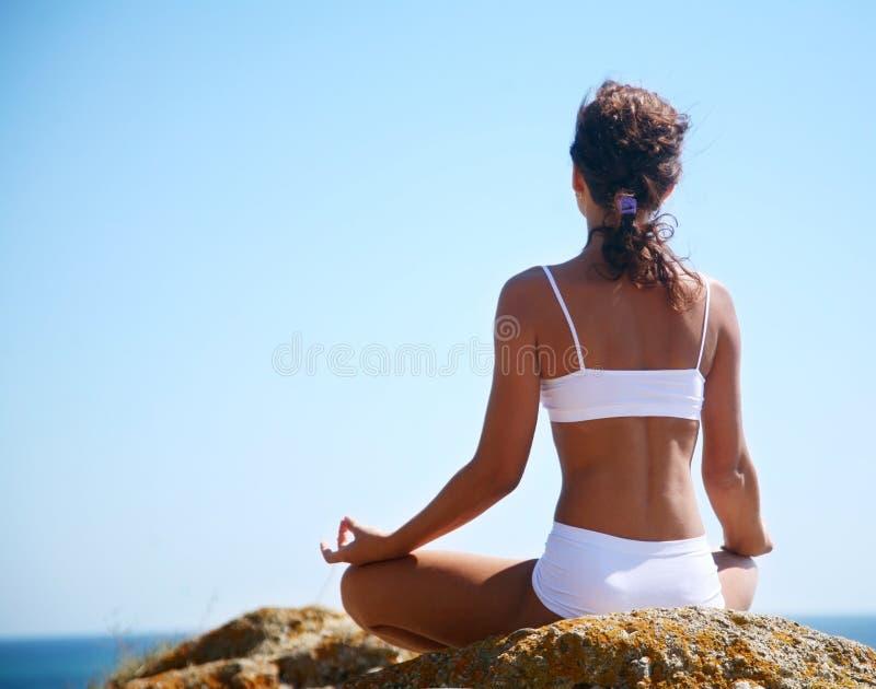 Medytacja na plaży zdjęcia stock