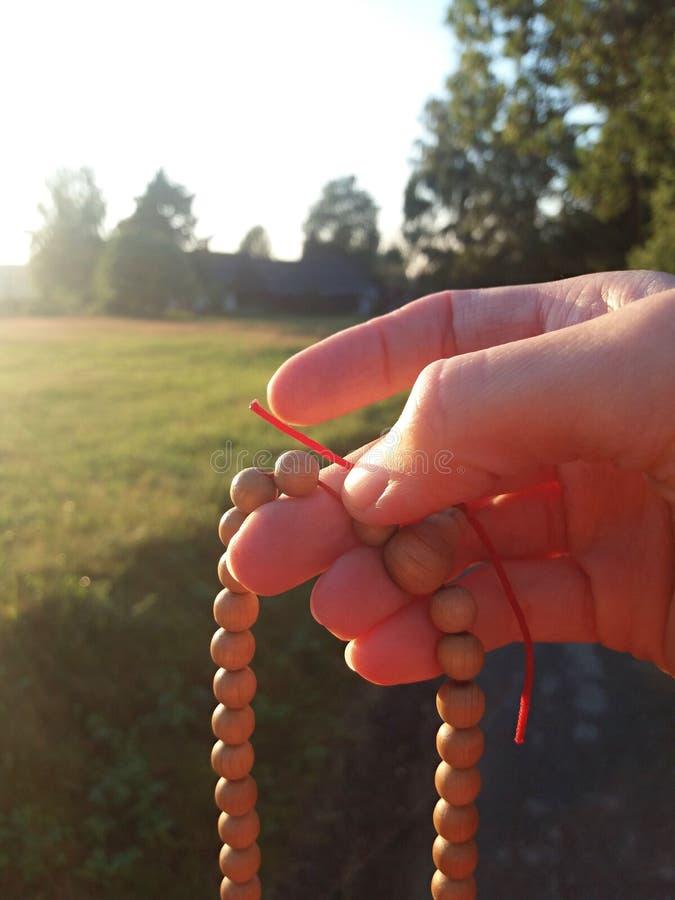 Medytacja z mala w wsi fotografia stock