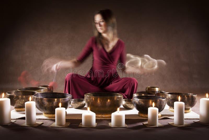 Medytacja z Tybetańskimi śpiewów pucharami zdjęcie royalty free