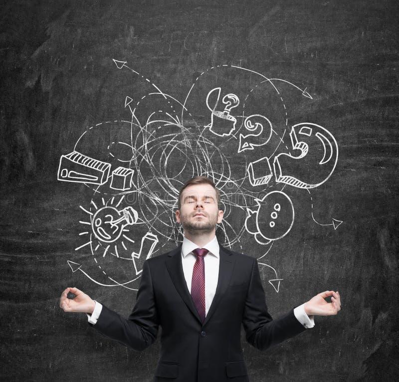 Medytacyjny biznesmen próbuje znajdować podejście nowy biznesowy pomysł Nakreślenie od biznesowych ikon rysuje na czerni zdjęcia royalty free