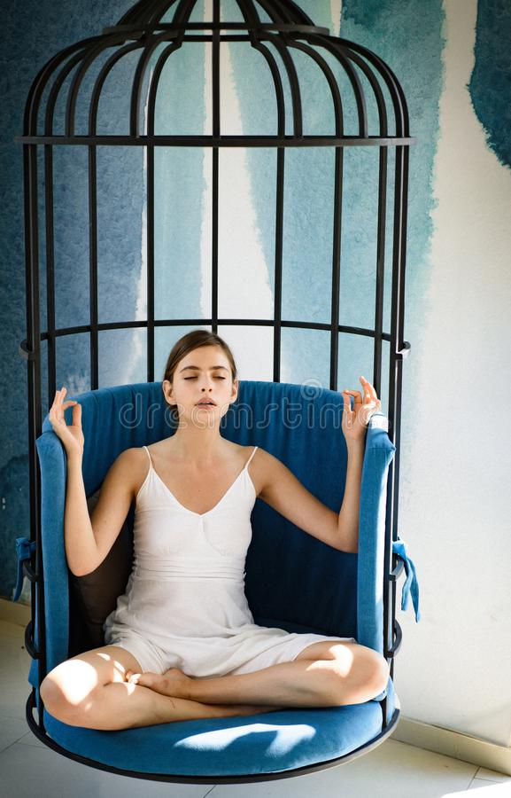 Medytacyjny i spokojny Śliczny kobieta koncentrat i medytuje w krześle Kobieta relaksuje w lotosowej pozycji w domu dosyć obrazy royalty free