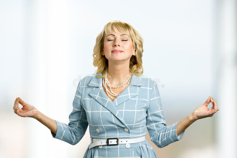 Medytować dojrzałej kobiety, zen tryb zdjęcia royalty free
