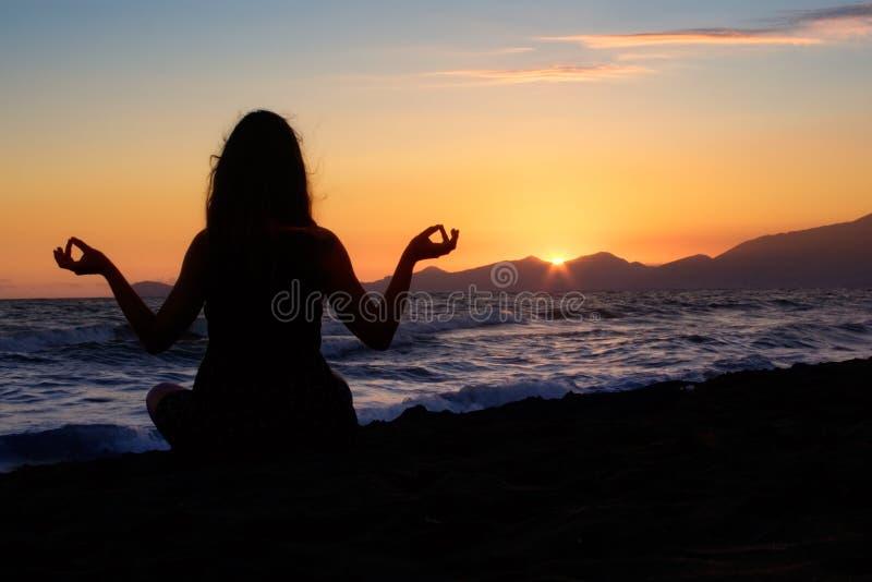 medytować na plaży obraz royalty free