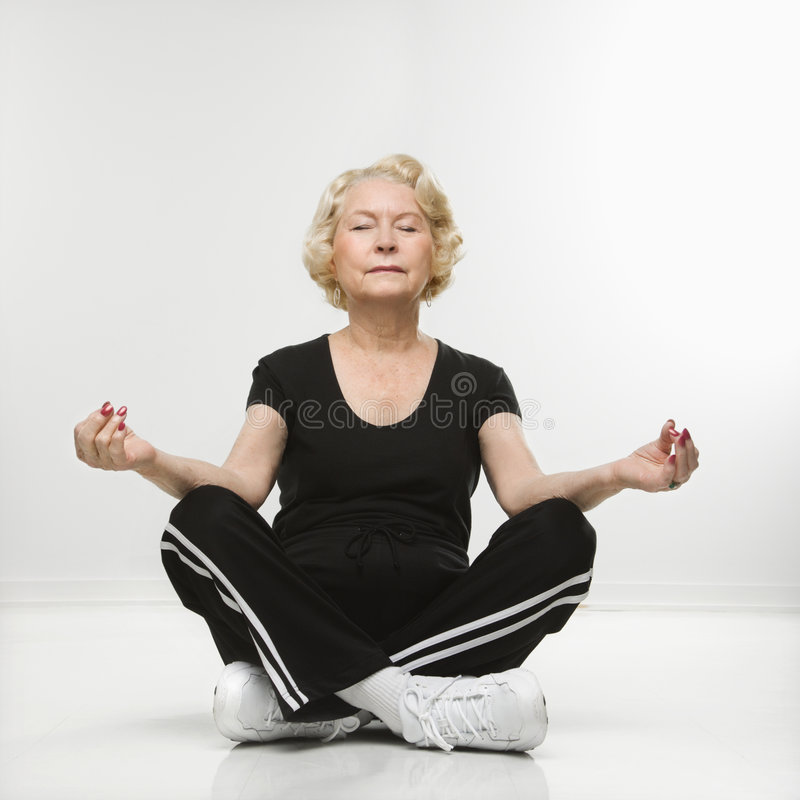 medytować starszej kobiety fotografia royalty free