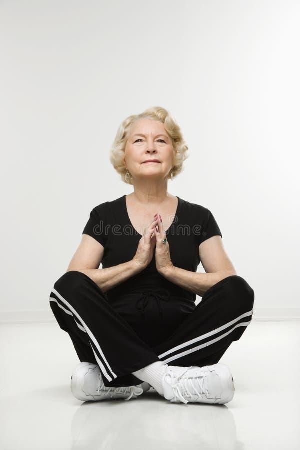 medytować starszej kobiety zdjęcia royalty free