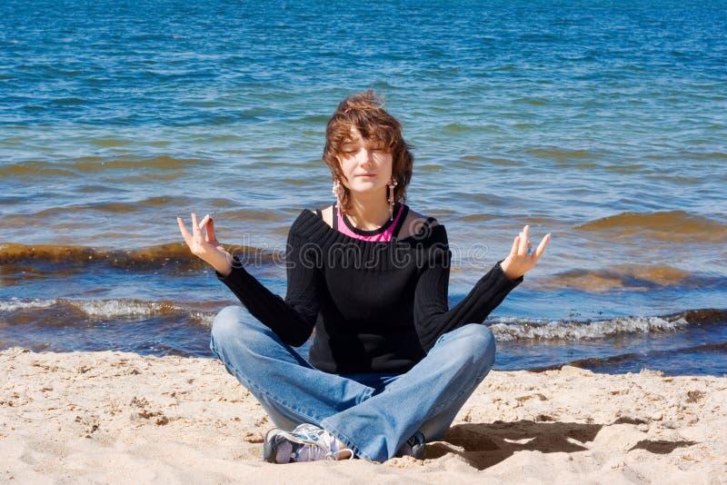 Download Medytować obraz stock. Obraz złożonej z plaża, kopiasty - 5268349
