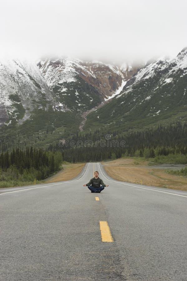 medytujący posiedzenie drogowego, obrazy stock