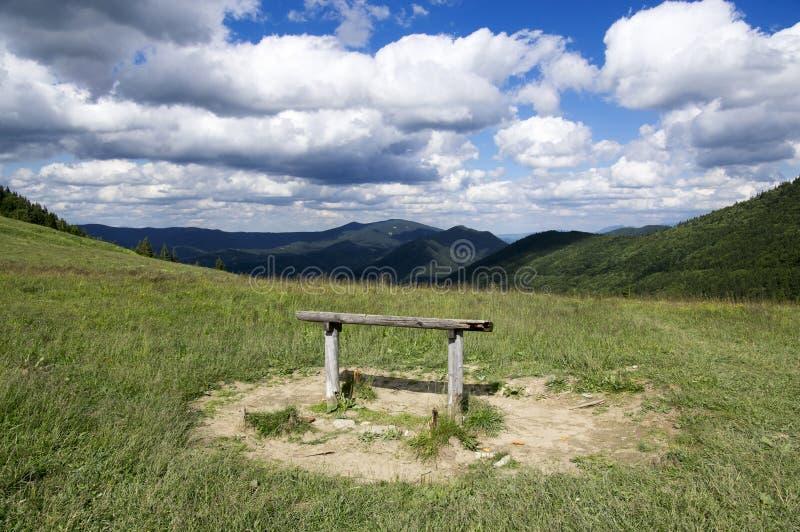 Medziholie rozdroża w góra comberze z drewnianym siedzeniem, relaksujący miejsce zdjęcia stock