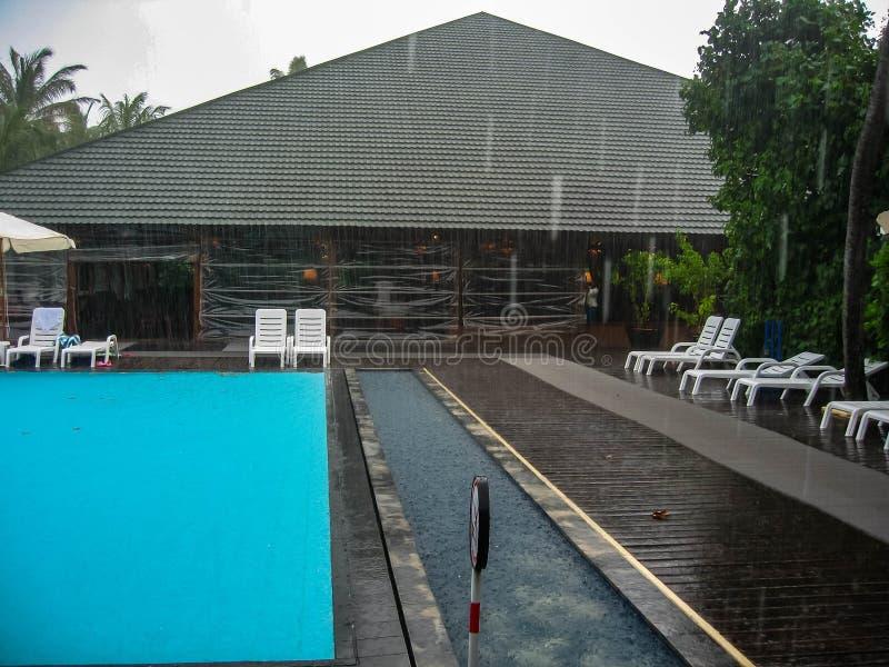 Meedhupparu, Maldives - 12 16 2012: Fotografia z tropikalną ulewą obraz stock