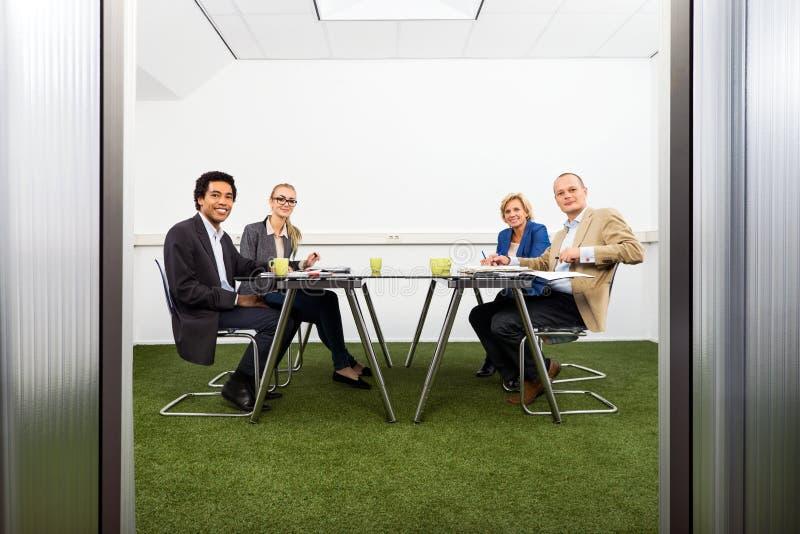 Meeing em uma sala de conferências sustentável foto de stock royalty free