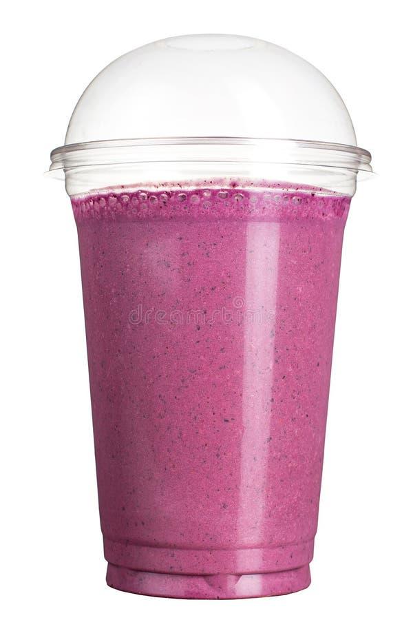 Meeneemdrank Verfrissende drank in een plastic kop Bes smoothie royalty-vrije stock foto's