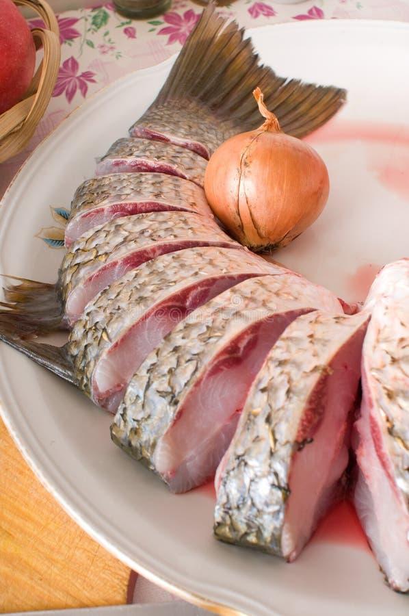 Meeräsche auf einer Küchetabelle. lizenzfreie stockfotos