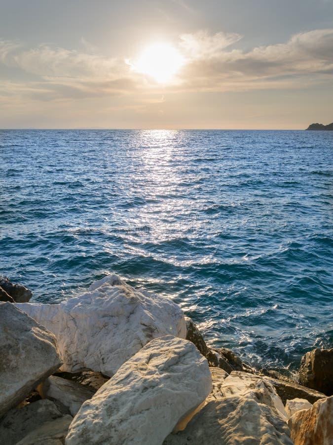 Meer-†‹â€ ‹Ansicht, mit weißen Steinen, blauem Meer und klarem Himmel lizenzfreie stockfotos