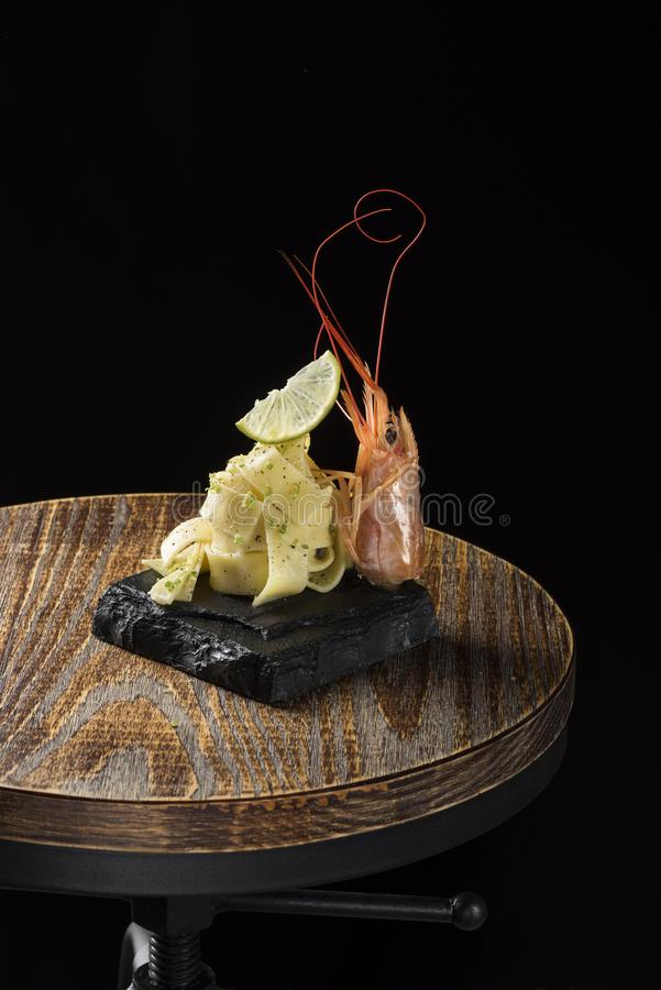 Meer-†‹â€ ‹carbonara mit Zitrone und Garnelen auf Holz lizenzfreie stockbilder