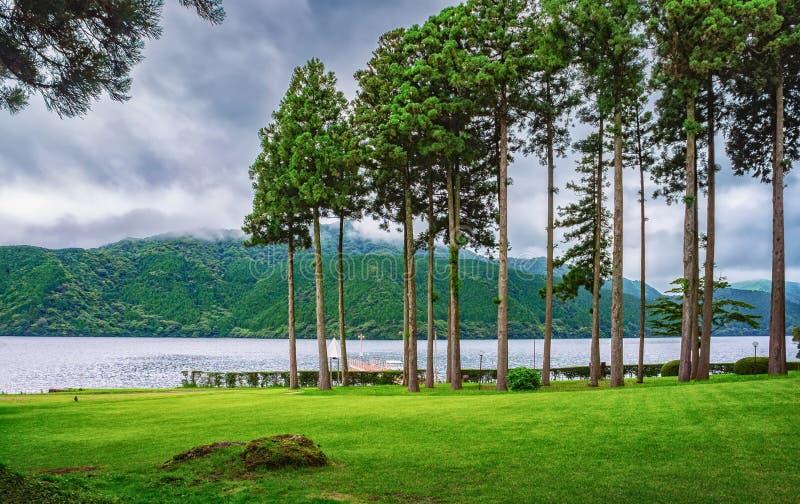 Meer Ashi in Nationaal die Park fuji-Hakone-Izu, ook als Hakone-Meer of Ashinoko-Meer, Kanagawa-Prefectuur, Japan wordt bekend stock foto's