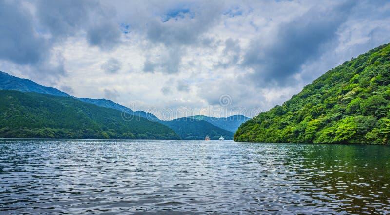 Meer Ashi in Nationaal die Park fuji-Hakone-Izu, ook als Hakone-Meer of Ashinoko-Meer, Kanagawa-Prefectuur, Japan wordt bekend stock foto