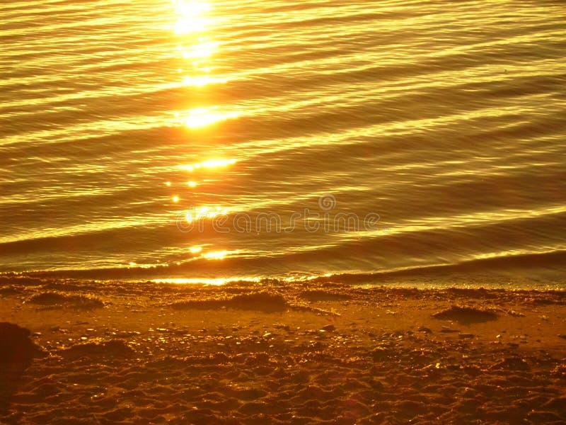 Meer Baikal op de zomer Bezinning van de zon bij zonsopgang royalty-vrije stock foto's