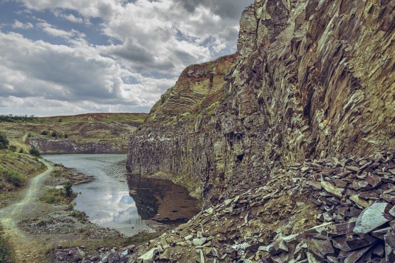 Meer in basaltsteengroeve, Racos, Roemenië stock fotografie