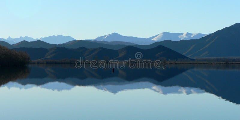 Meer Benmore die, het Eiland van het Zuiden, Nieuw Zeeland weerspiegelt royalty-vrije stock fotografie