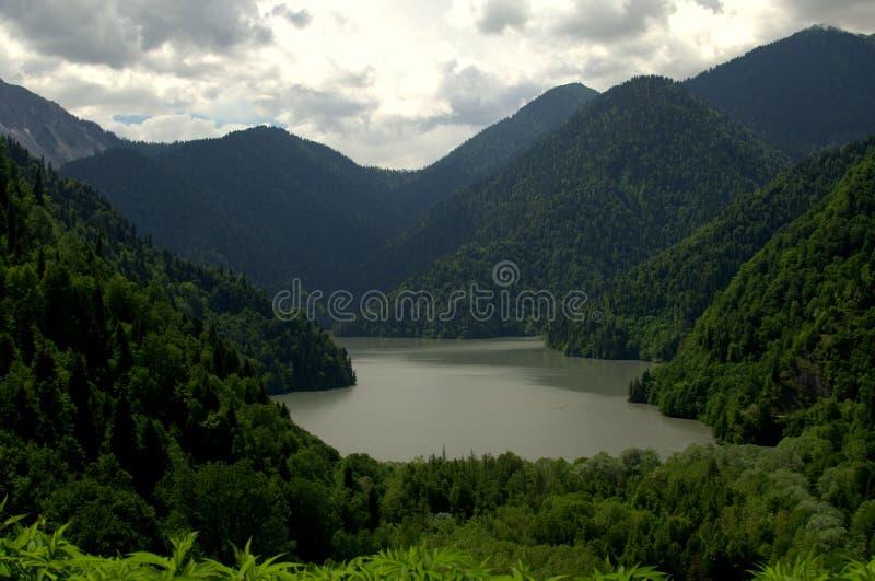 Meer in bergen stock fotografie
