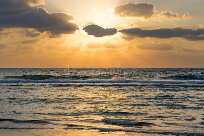 Meer, bewölkter Himmel, die Sonne ist hinter einer Wolke, die Strahlen der Sonne lizenzfreie stockbilder