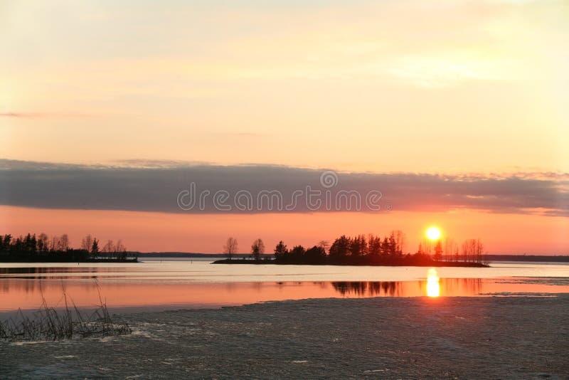 Meer bij zonsondergang Finland stock afbeelding