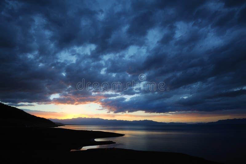 Meer bij zonsopgang royalty-vrije stock afbeelding