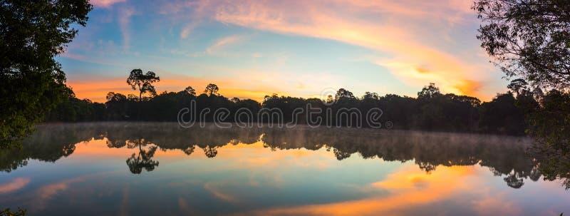 Meer bij zonsopgang op berg stock afbeeldingen