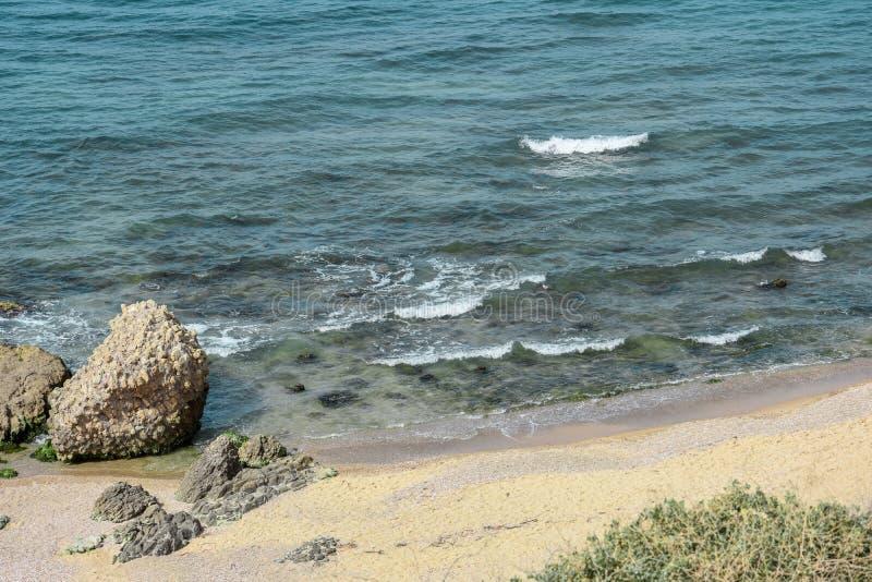 Meer, blaue Wellen mit weißem Schaum, unter dem blauen Himmel lizenzfreie stockfotografie