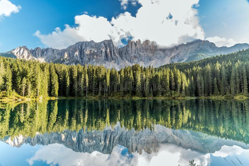 Meer Carezza, Lago Di Carezza of Karersee royalty-vrije stock foto
