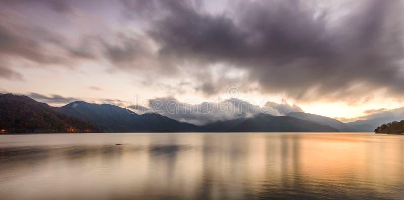 Meer Chuzenji in Nikko, Japan bij zonsondergang royalty-vrije stock foto