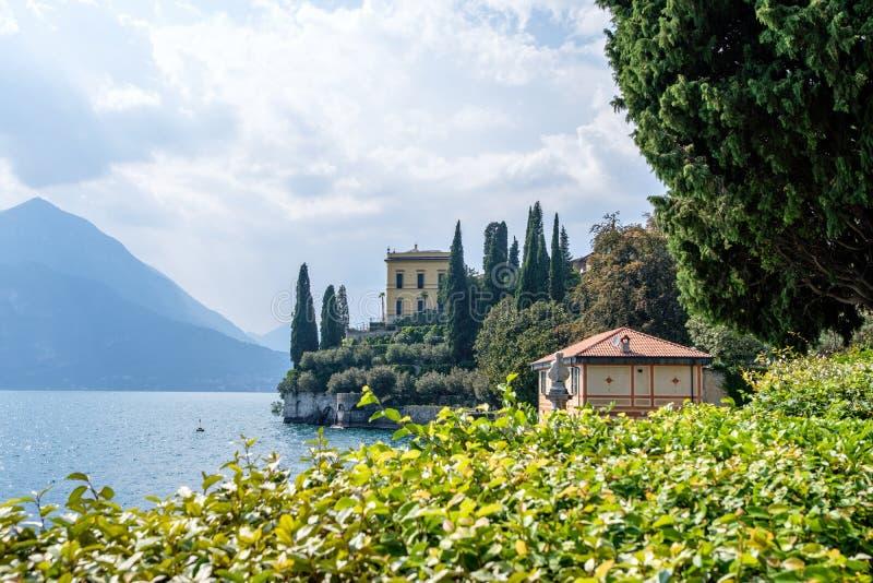 Meer Como, bergen en villa op kust royalty-vrije stock afbeeldingen