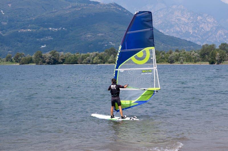 Meer Como, Italië - Juli 21, 2019 Watersport: windsurfer surfend de wind op golven op een heldere zonnige de zomerdag dichtbij Co royalty-vrije stock foto