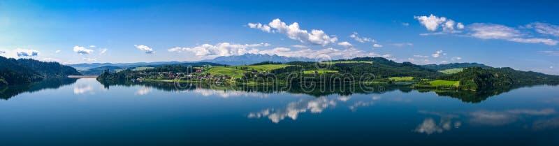Meer Czorsztynskie met dam en oud Kasteel stock foto's