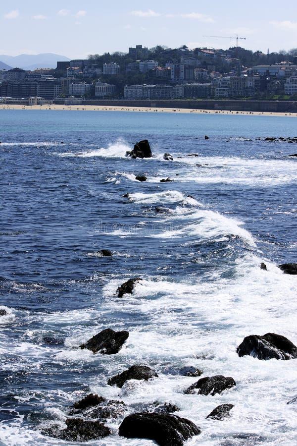 Meer, das auf Wellenbrecher sich stark auswirkt lizenzfreie stockbilder