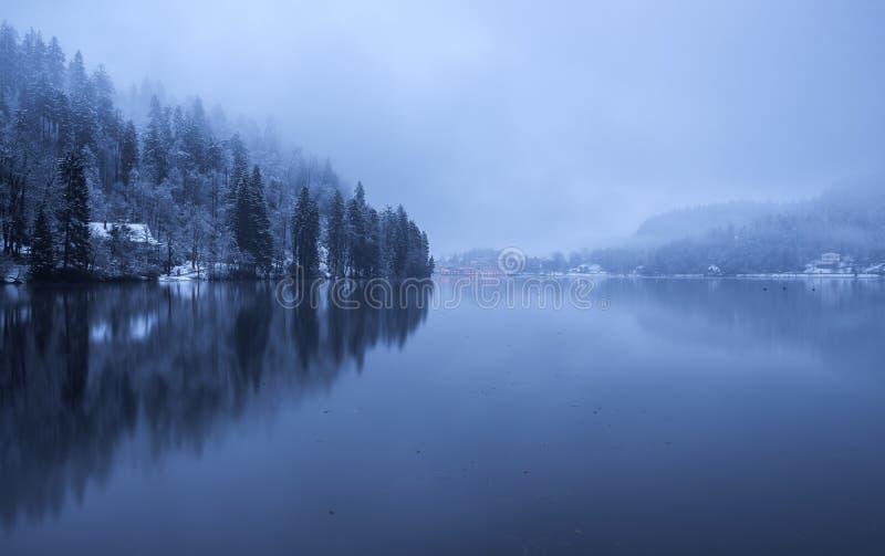 Meer dat op een mistige en bewolkte dag wordt afgetapt royalty-vrije stock foto's