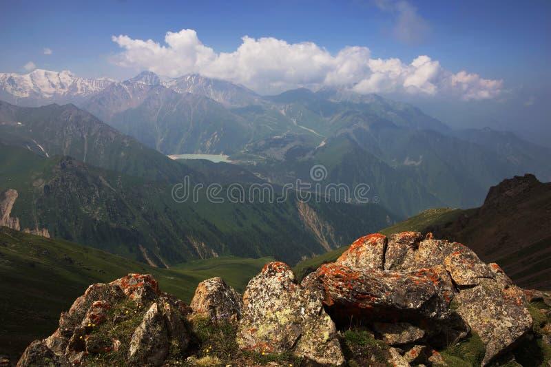 Meer in de bergen van Tien Shan, Kazachstan stock afbeeldingen